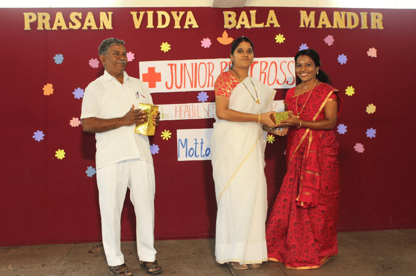 The Chief Guest Mr. Krishnan and special Guest Mrs. GeethaKumari were honoured by Principal Mrs. Sridevi