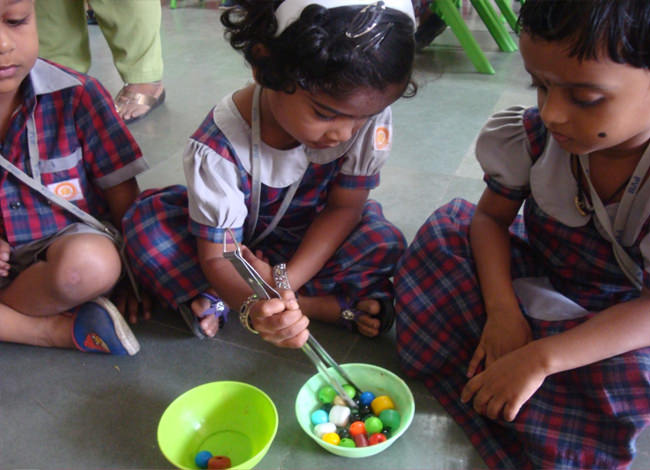Tripod grip: With the help of tongs our little ones, holds and transfers the beads